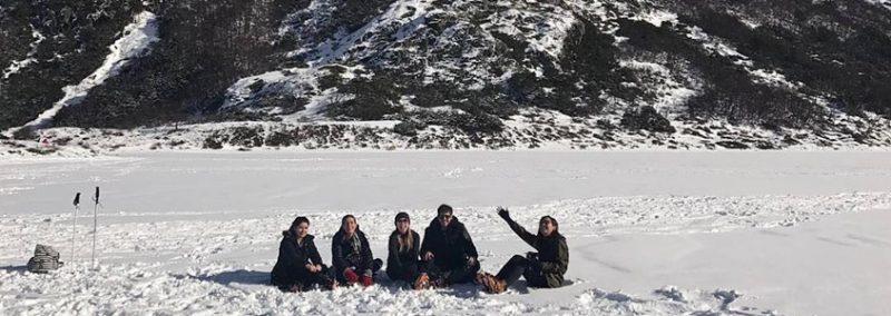 grupo de turista sentado na neve em Ushuaia