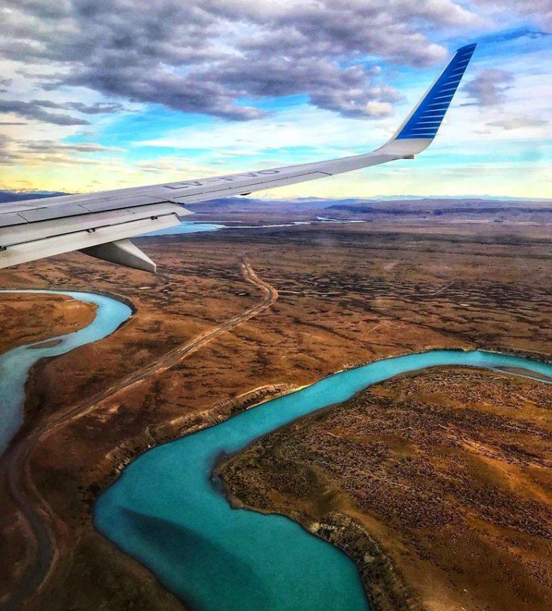 Avião sobrevoando o Lago Argentino