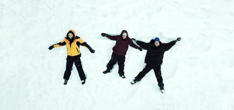 pessoas na neve deitada - ushuaia inverno