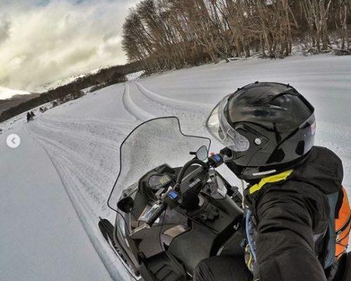 Rota de Snowmobile em Ushuaia, passando por paisagens incríveis, rodeadas de arvores e muita neve.