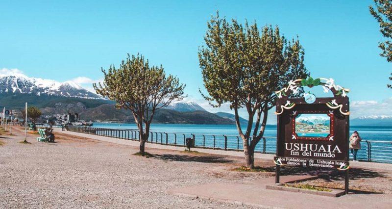 Placa 'Ushuaia - fin del mundo' no Verão