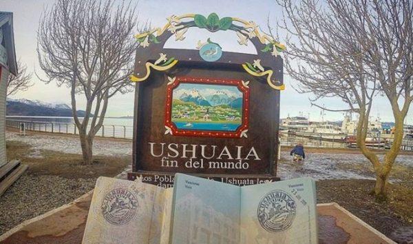Placa Ushuaia e Selos no Passaporte Luiza e Matheus do Blog Casal Mil conhecem Ushuaia, El Calafate e Mendoza | Brasileiros em Ushuaia